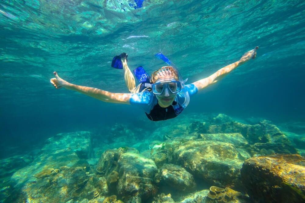 Bucear bajo el mar después de haber aprendido a nadar es una experiencia increíble.