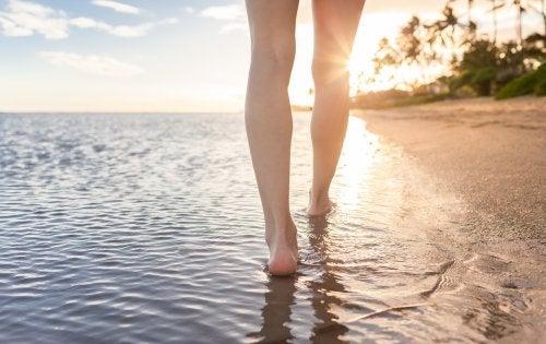 Caminar descalzo por la playa para combatir el estrés crónico