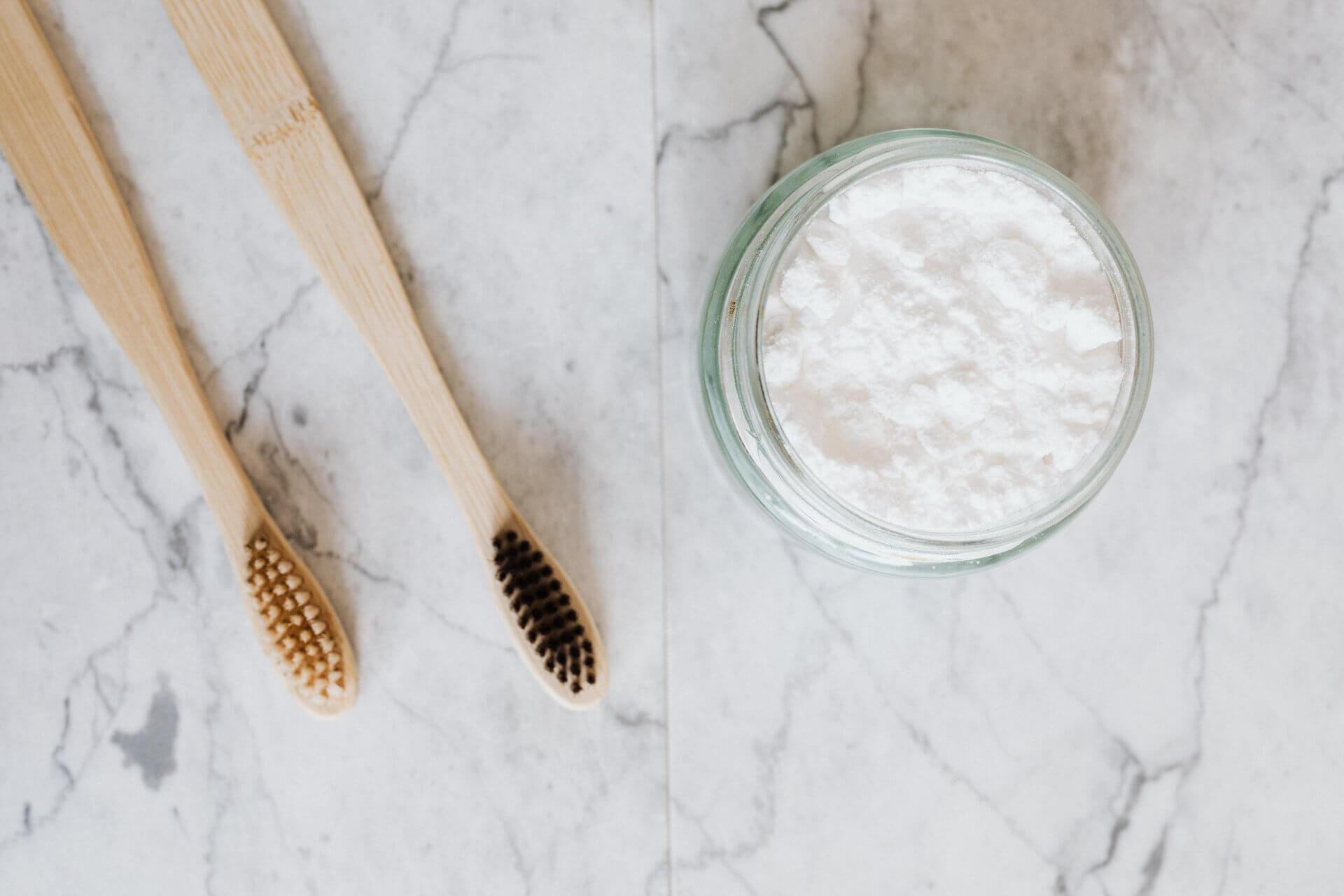 Cepillo de dientes y tarro con coco