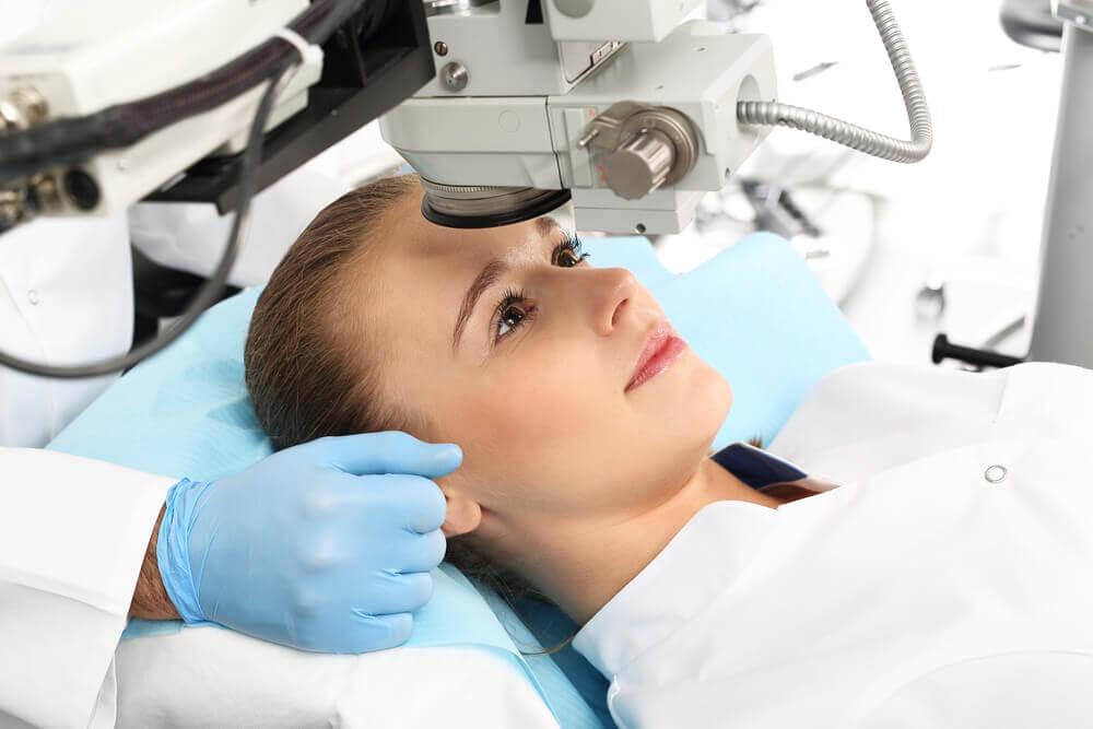 Corregir la visión con cirugía láser LASIK.