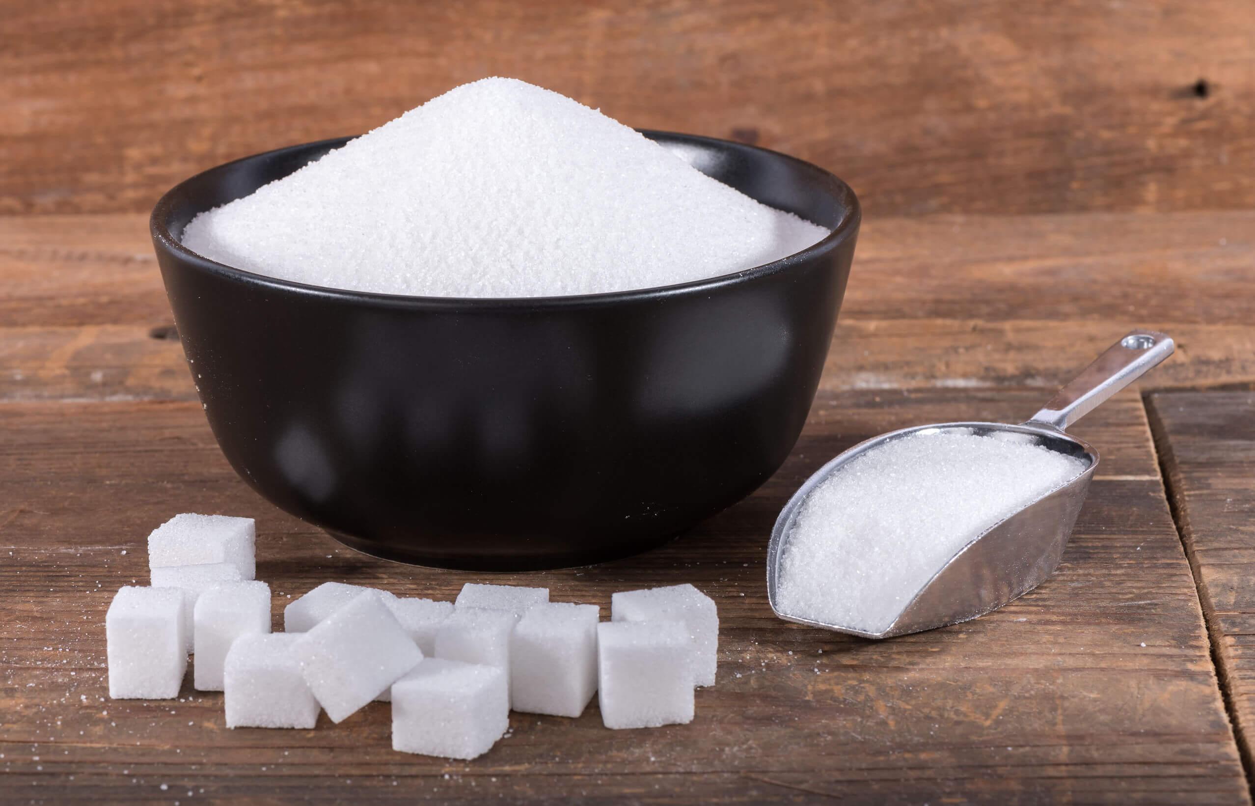 Los 8 alimentos que nunca puedes dar a un bebé incluyen el azúcar.