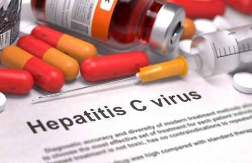 Jeringuilla y pastillas para el tratamiento de la hepatitis C