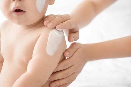Bebé con crema en el cuerpo