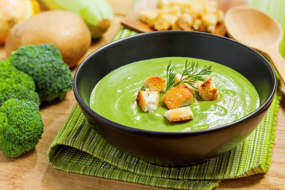 crema de brócoli con picatostes como una de las recetas con brócoli