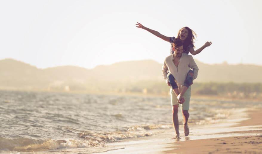Disfrutar de la playa en pareja.