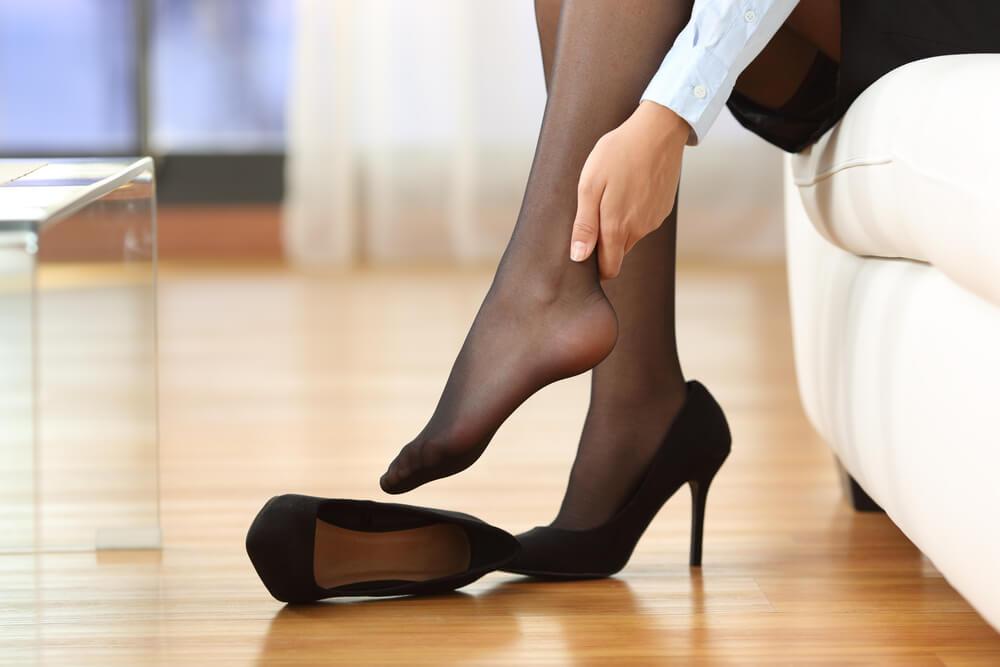 Mujer con dolor de pies por los tacones