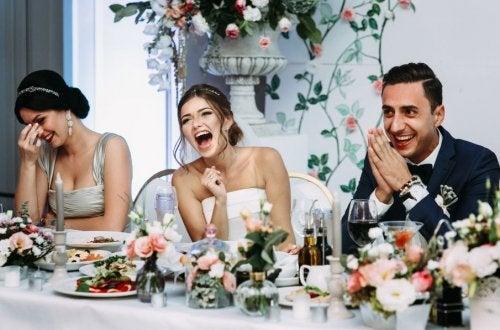 Novios en el banquete riéndose