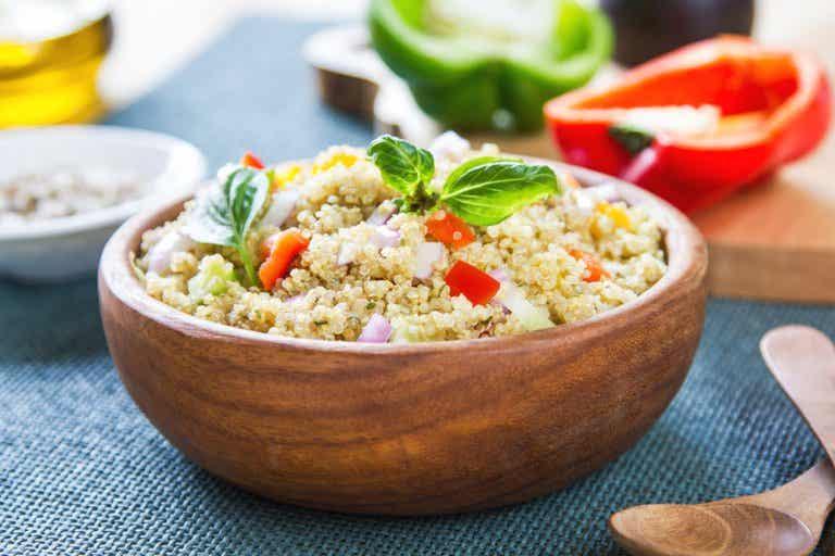 Ensalada de quinoa, hinojo y tomates: para cenar bajo en calorías