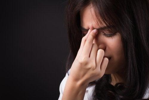 mujer que sufre enfermedades que provoca el estrés
