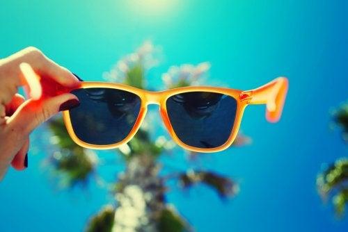 16bcaf2693 Lejos de ser solo un accesorio de moda, las gafas de sol protegen los ojos  de los rayos solares y son un complemento fundamental tanto en la playa  como en ...