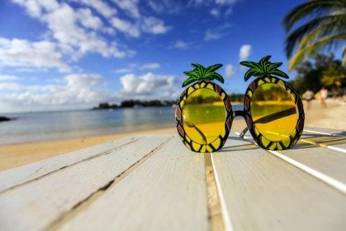 Gafas de sol en una playa.