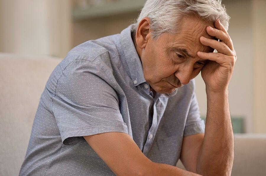 El alzhéimer pasa por varias etapas, es una enfermedad neurodegenerativa progresiva.