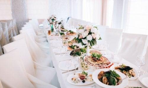 En una boda del siglo XXI no pueden faltar los arreglos de luz y unos centros de mesa hermosos.