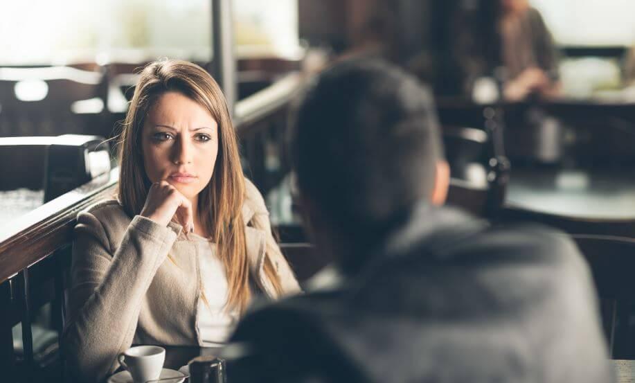 Mujer mirando a un hombre manipulador