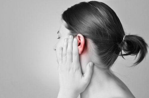 Mujer con dolor de oído.