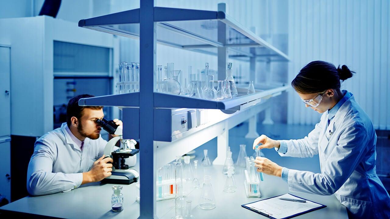 Investigadores descubriendo la vacuna contra el VIH