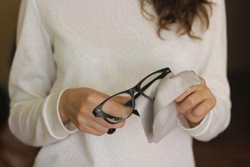 01f8ac0bf9 Elimina los rayones de las gafas con estos 6 trucos — Mejor con Salud