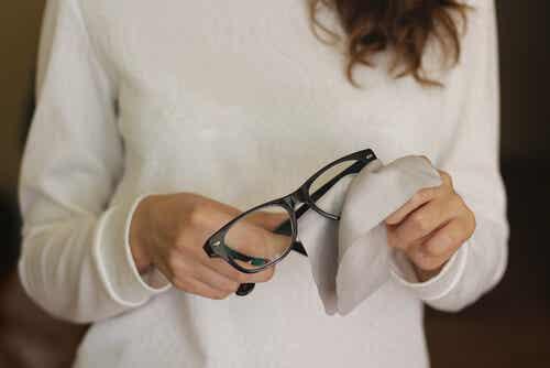 Elimina los rayones de las gafas con estos 6 trucos