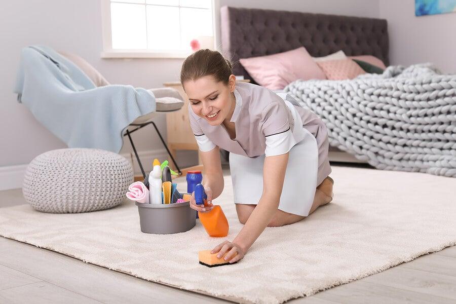 ¿Cómo quitar las manchas de grasa de los tapizados?