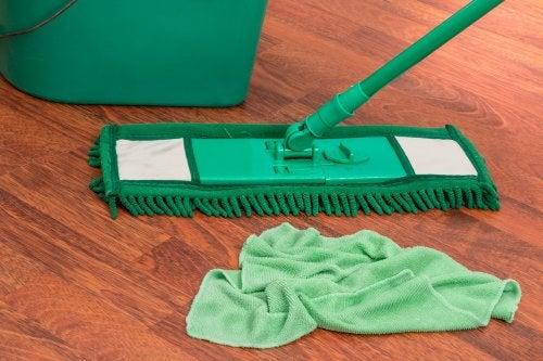 Cómo preparar un limpiador cítrico para el piso