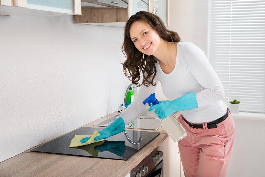 4 desengrasantes para cocina que puedes hacer en casa