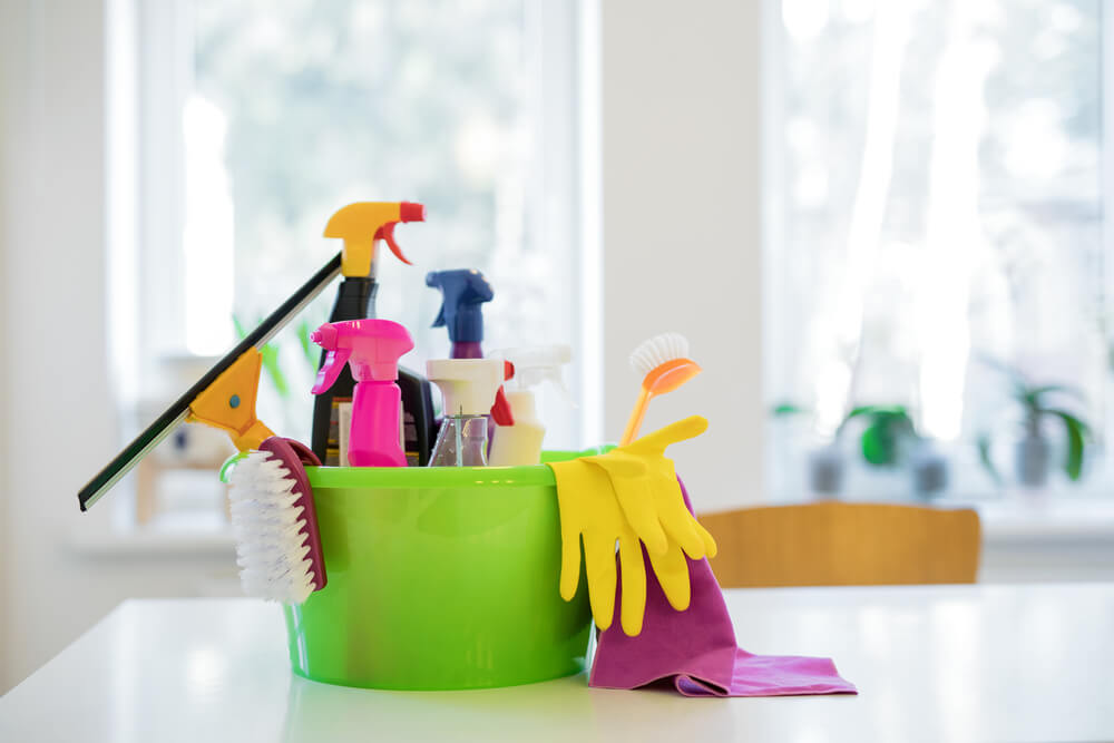 10 cosas que no te deben faltar en tu kit de limpieza para el hogar