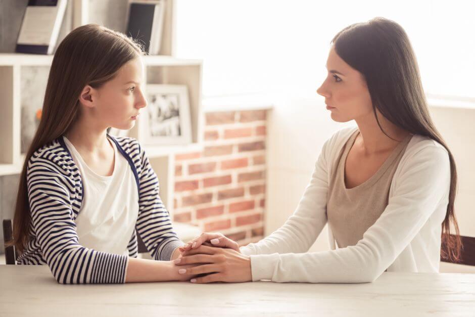 Madre escuchando a su hija