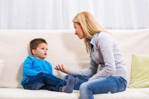 Madre con su hijo hablado