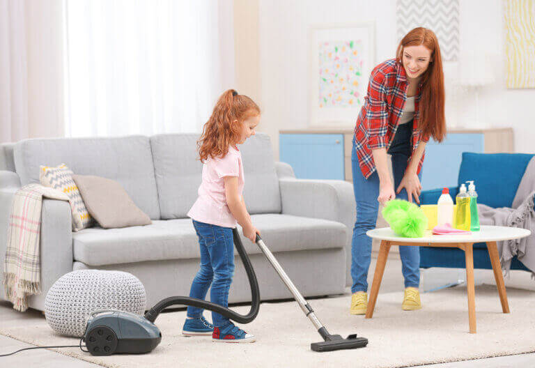 Madre e hija haciendo la limpieza.