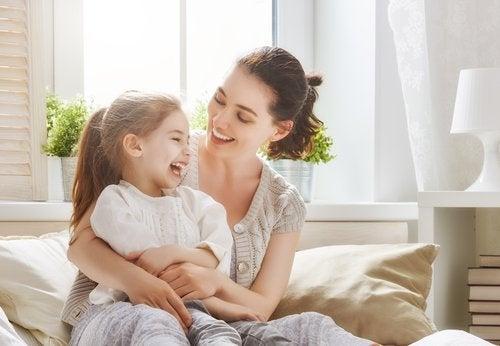Las madres sobreprotectoras: cómo evitarlo