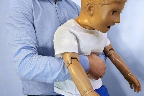 La maniobra de Heimlich puede ayudar en caso de atragantamiento.