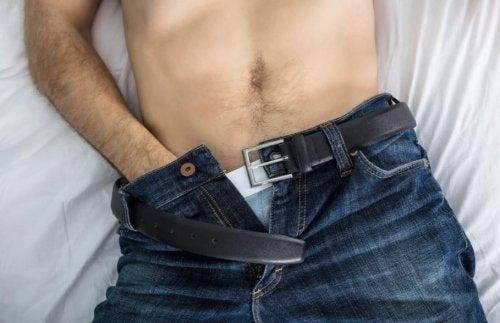Hombre sin camiseta con la mano dentro del pantalón: Consejos que comparten los sexólogos sobre las relaciones