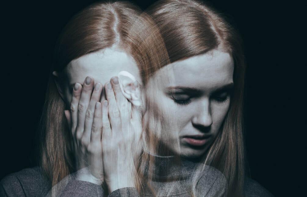 Mujer con trastorno de despersonalización