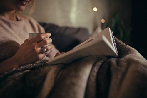 Descubre los beneficios de leer en la noche para tu cerebro