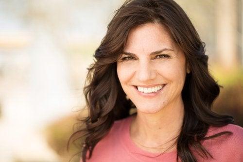 mujer sonriendo pensando en cómo envejecer