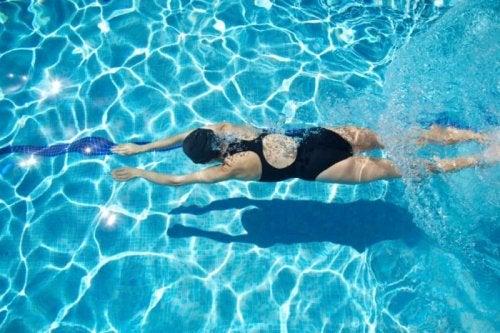 Aprender a nadar en la piscina