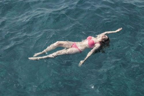 Descubre cómo aprender a nadar en el mar con estos consejos