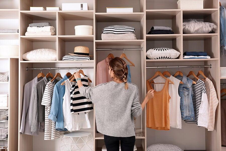 Mujer organizando armario