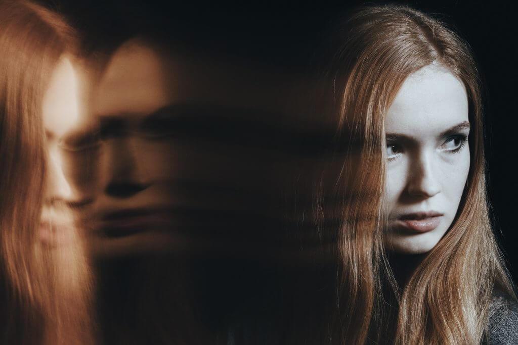 Mujer sufriendo disociación