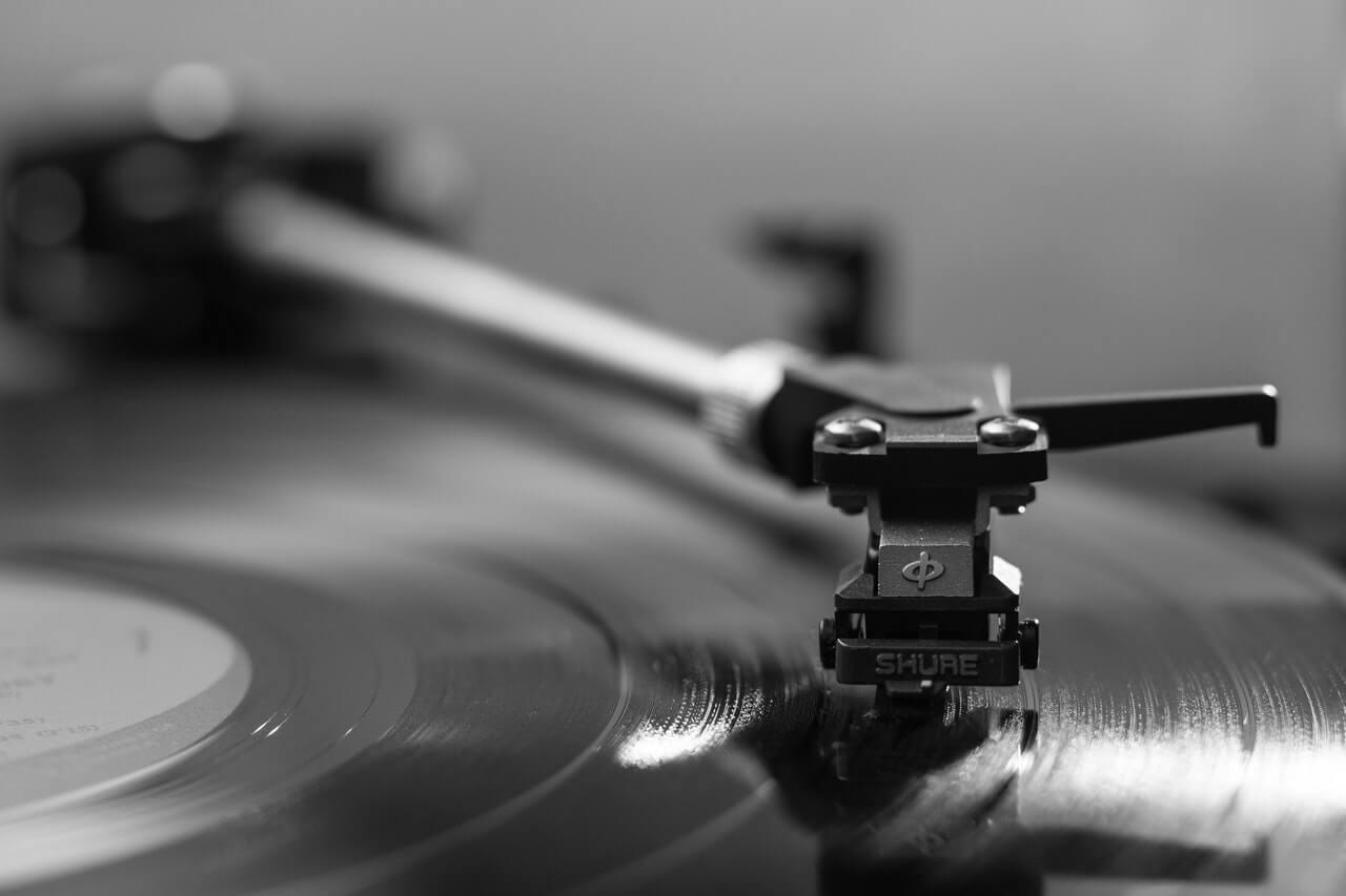 Poner música de fondo ayuda a hacer el amor de forma silenciosa.