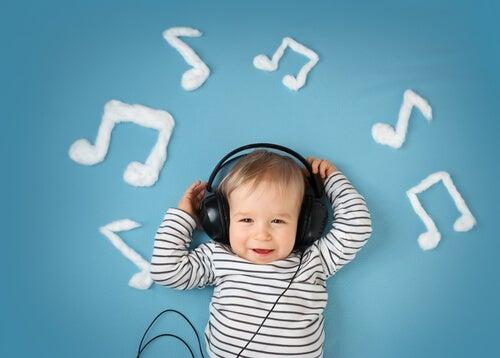 Bebé con auriculares rodeado de notas de música.
