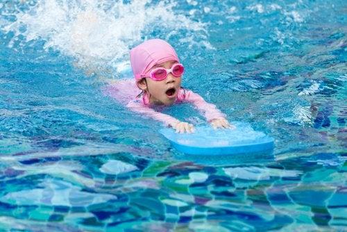 Los mejores consejos y ejercicios para enseñar a tus hijos a nadar