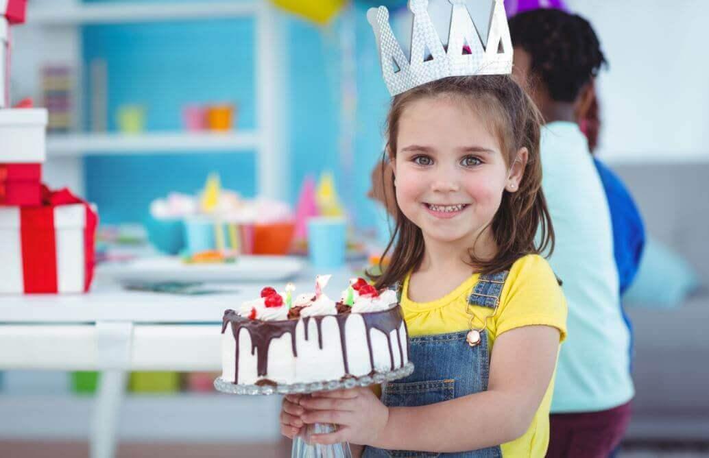 Niña corona de cumpleaños