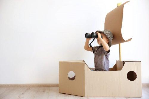 Niño jugando con cajas