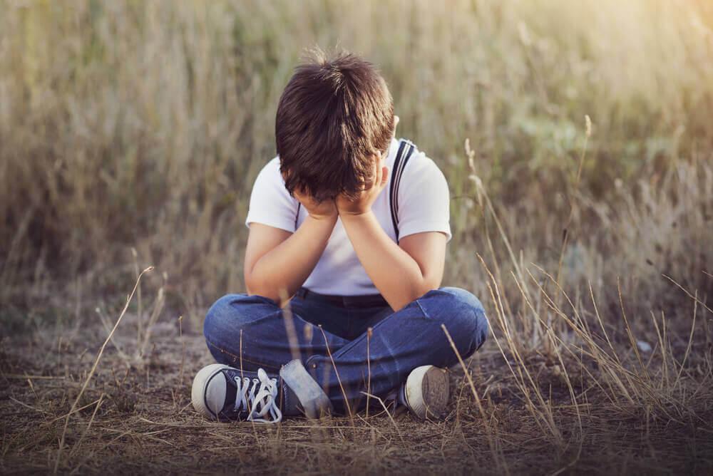 Niño perdido llorando.