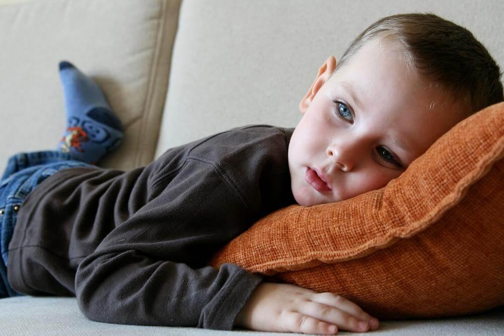 Niño tumbado en el sofá: cómo reducir la ansiedad en los niños
