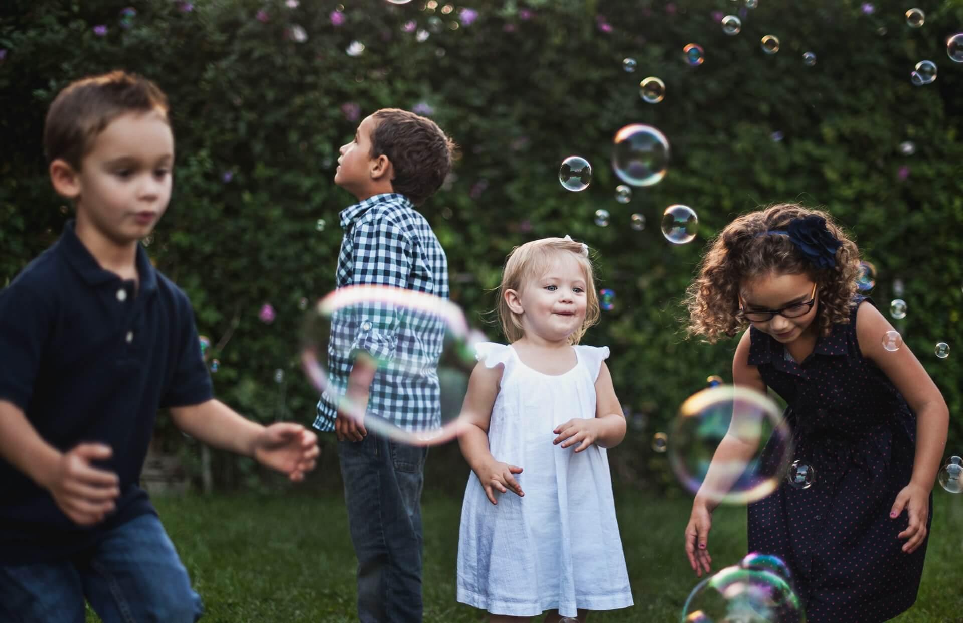 Juegos para el verano: burbujas en el jardín.
