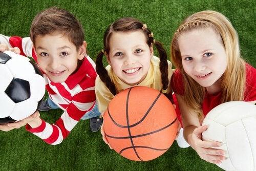 Niños con balones de deportes