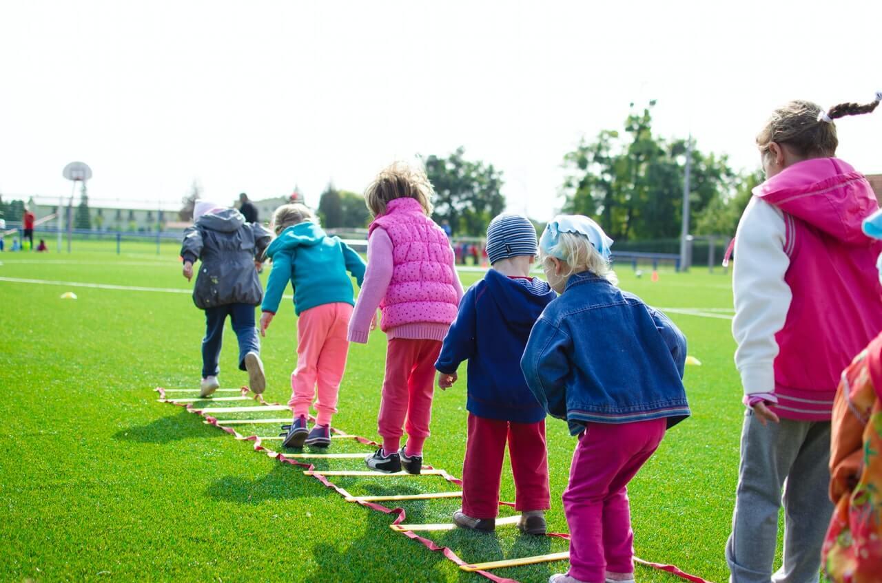 Niños en grupo desarrollan identidad social.