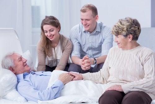 Paciente en cuidados paliativos con su familia